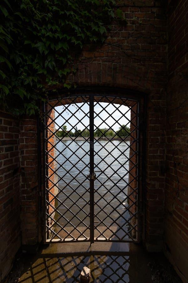Sikt av den Odra floden från den Tumsky ön i Wroclaw royaltyfri bild