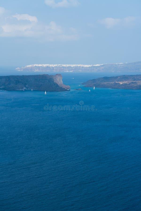 Sikt av den Oia staden i avståndet över havet, Santorini royaltyfria bilder