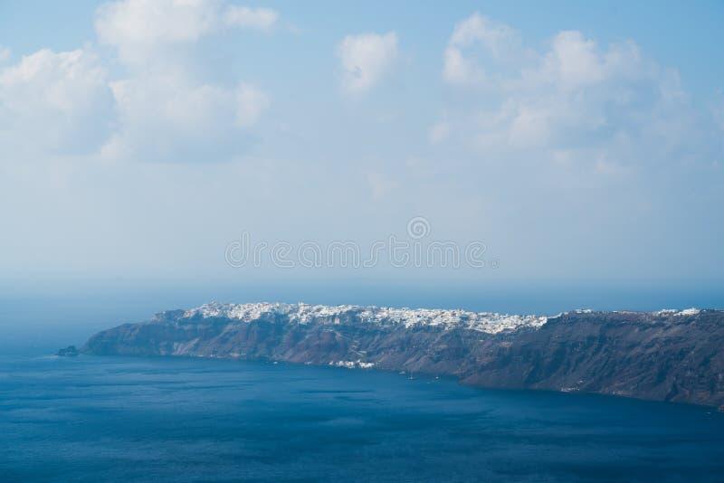 Sikt av den Oia staden i avståndet över havet, Santorini arkivfoto