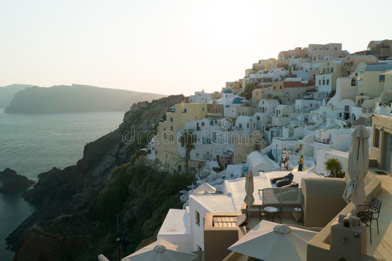 Sikt av den Oia staden i Santorini med traditionella hus arkivfoto