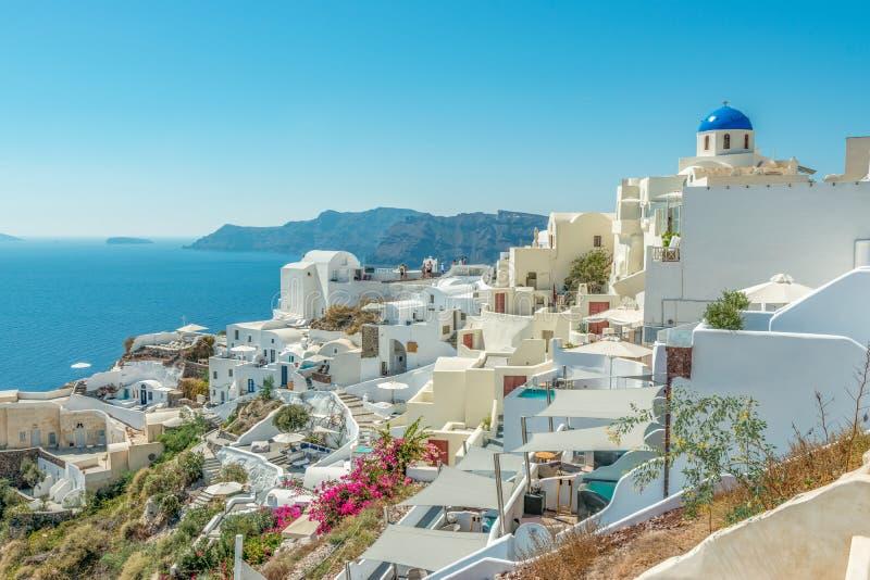 Sikt av den Oia staden med traditionella och berömda hus och kyrkor med blåa kupoler över calderaen på den Santorini ön Grekland royaltyfria bilder