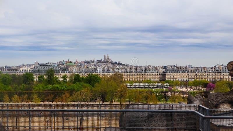 Sikt av den Paris staden och den Sacre Coeur basilikan på den Montmartre kullen i Paris Frankrike April 2019 arkivfoton