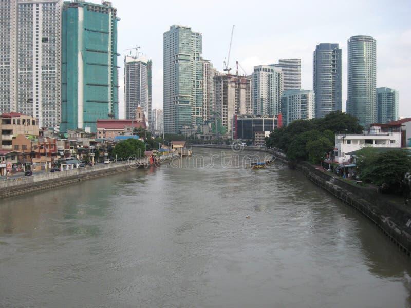 Sikt av den Pasig floden från en bro, Makati stad, Filippinerna royaltyfri bild