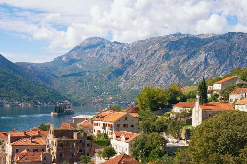 Sikt av den Perast staden, fjärden av Kotor och ön av St George Montenegro royaltyfri bild
