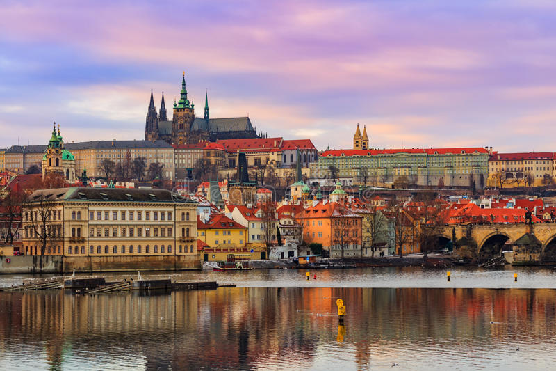 Sikt av den Prague slotten (tjeck: Prazsky hrad) och Charles Bridge (tjeck: Karluv mest), Prague, Tjeckien arkivbilder