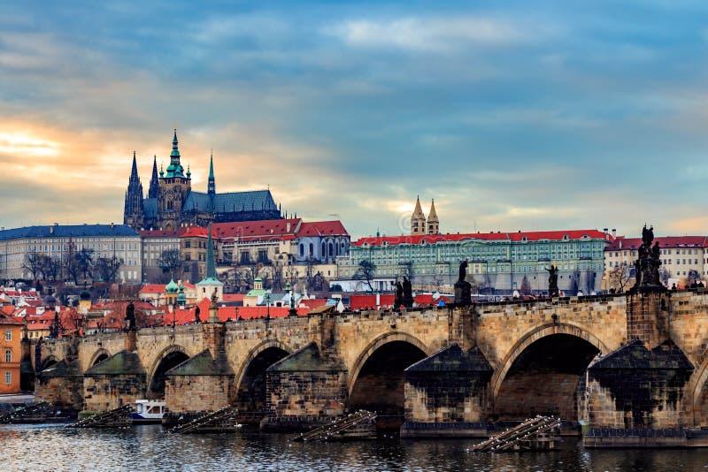 Sikt av den Prague slotten (tjeck: Prazsky hrad) och Charles Bridge (tjeck: Karluv mest), Prague, Tjeckien arkivfoto
