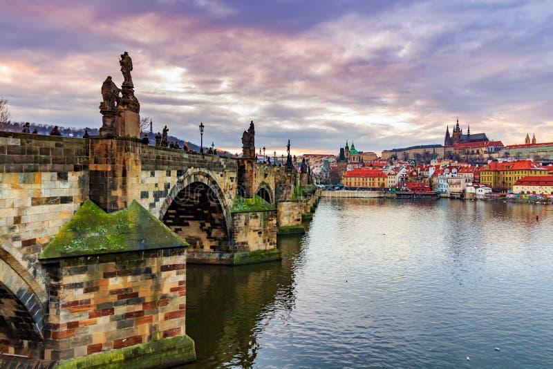 Sikt av den Prague slotten (tjeck: Prazsky hrad) och Charles Bridge (tjeck: Karluv mest), Prague, Tjeckien fotografering för bildbyråer