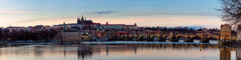 Sikt av den Prague slotten (tjeck: Prazsky hrad) och Charles Bridge (tjeck: Karluv mest), Prague, Tjeckien arkivbild