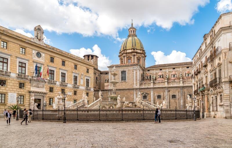Sikt av den Pretoria springbrunnen med kupolen för San Giuseppe deiTeatini kyrka i bakgrunden i Palermo arkivbild