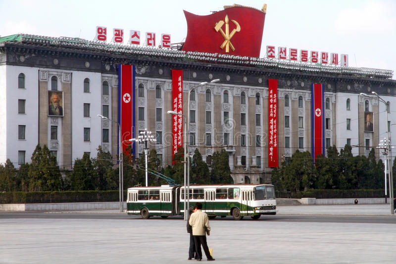 Sikt av den regerings- byggnaden på den centrala fyrkanten arkivfoto
