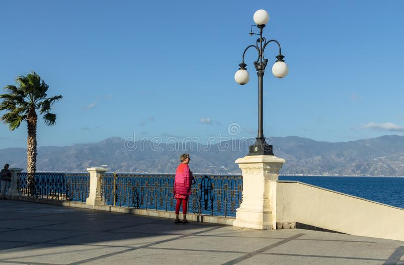 Sikt av den Reggio Di Calabria promenaden Lungomare Falcomata och kanalen av Messina fotografering för bildbyråer