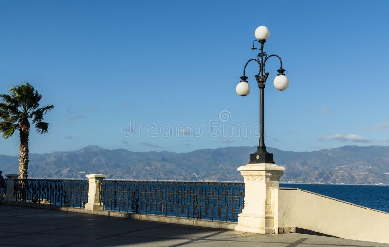 Sikt av den Reggio Di Calabria promenaden Lungomare Falcomata och kanalen av Messina arkivbild