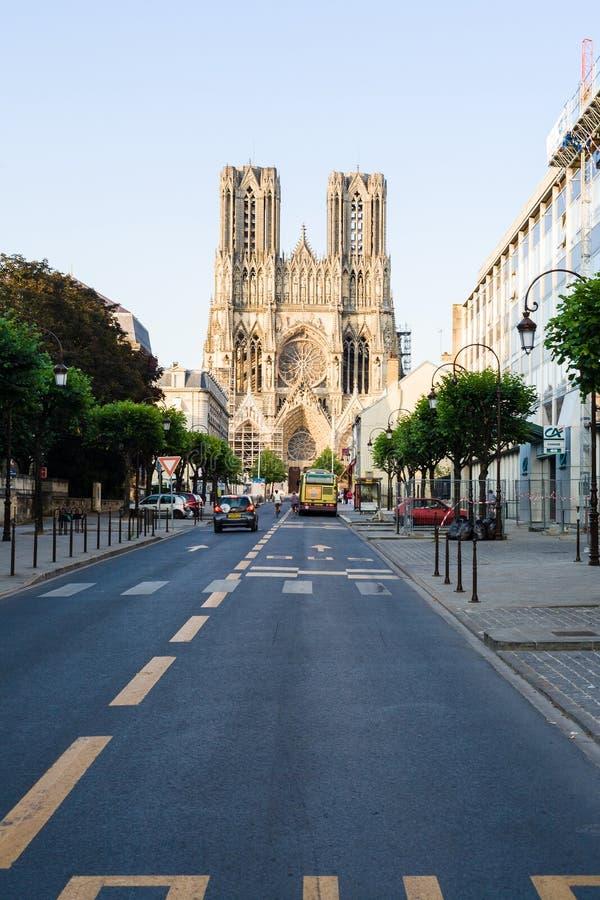 Sikt av den Reims domkyrkan från gataruen Libergier royaltyfri fotografi