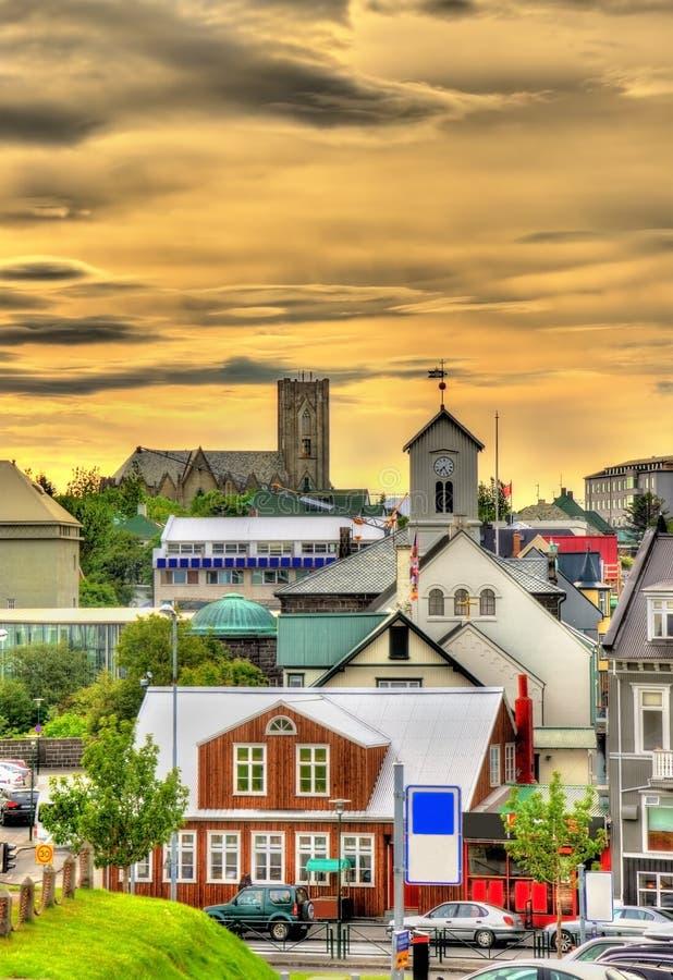 Sikt av den Reykjavik stadsmitten i aftonen royaltyfria foton