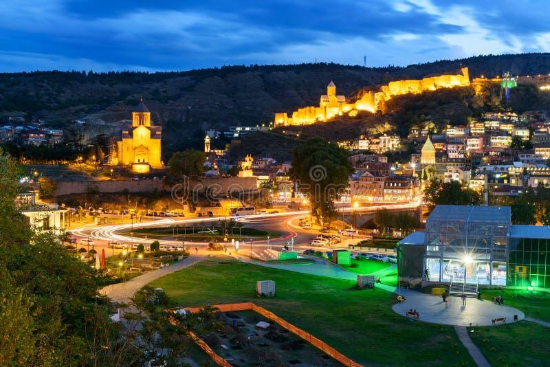 Sikt av den Rike Park Old staden, den Metekhi bron och kyrkan och den Narikala fästningen på natten georgia tbilisi arkivbilder