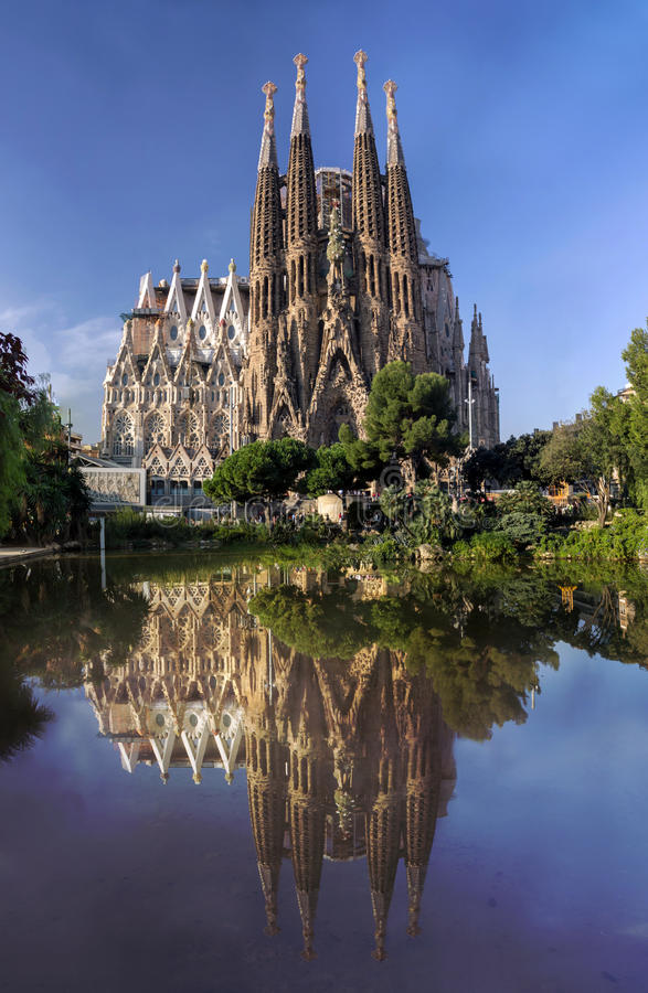 Sikt av den Sagrada Familia domkyrkan i Barcelona i Spanien arkivfoto
