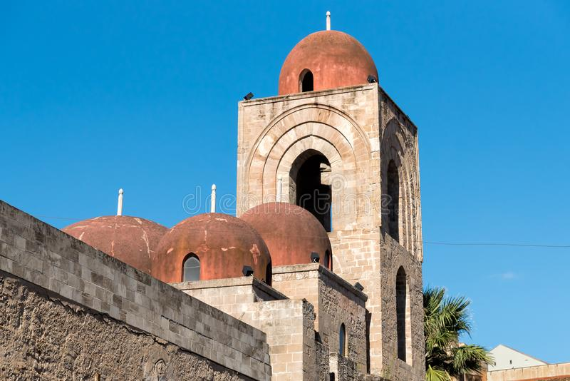 Sikt av den San Giovanni deglien Eremiti, arabisk arkitektur i Palermo, Sicilien royaltyfri foto