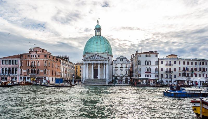 Sikt av den San Simeone Piccolo kyrkan på Grand Canal från järnvägsstationen i Venedig, Italien royaltyfri bild