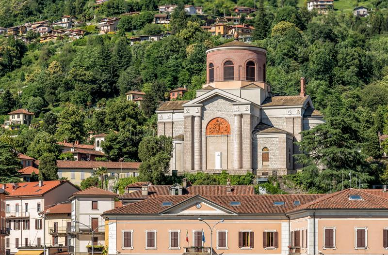 Sikt av den Sant Ambroggio kyrkan i Laveno Mombello, landskap av Varese, Italien royaltyfria bilder