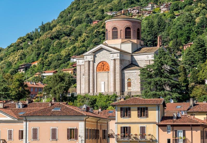 Sikt av den Sant Ambroggio kyrkan i Laveno Mombello, landskap av Varese, Italien fotografering för bildbyråer