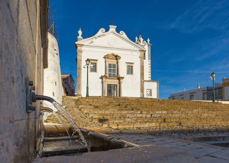 Sikt av den SaoMartinho kyrkan i estoiby arkivfoton