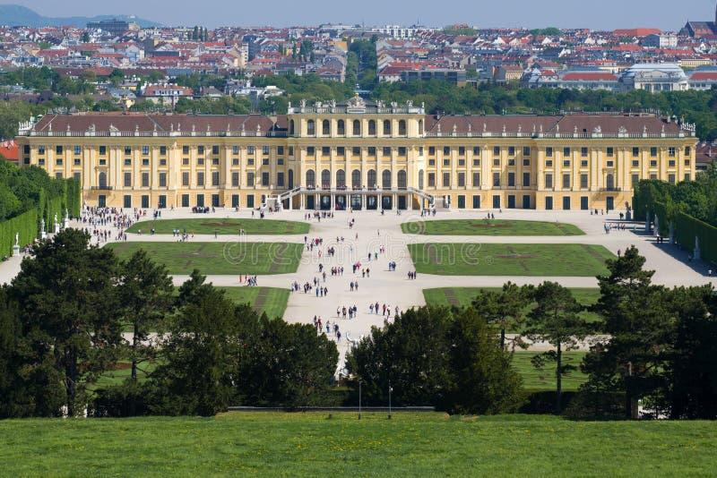 Sikt av den Schönbrunn slotten i den soliga våreftermiddagen vienna royaltyfri bild