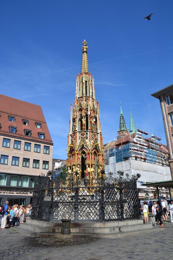 Sikt av 'den Schoner Brunnen 'springbrunnen i den historiska staden av Nuremberg, Tyskland arkivbilder