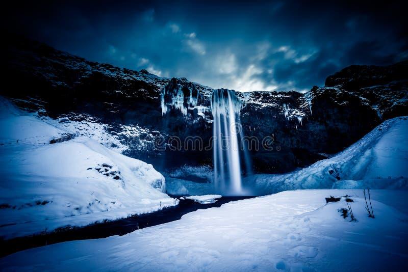 Sikt av den Seljalandfoss vattenfallet i vinter fotografering för bildbyråer