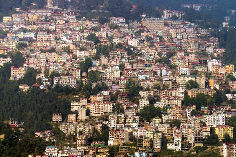 Sikt av den Shimla staden i nordliga Indien arkivbild