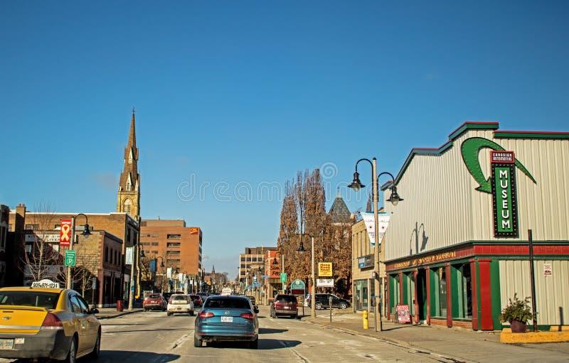 Sikt av den Simcoe gatan i i stadens centrum Oshawa, Ontario, Kanada arkivfoton