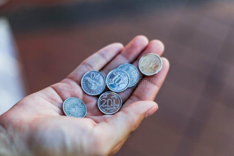 Sikt av den Singapore dollaren, sikten av silvermynt i Singapore på handen arkivbild