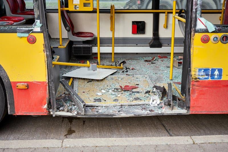 Sikt av den skövlade stadsbussen efter vägolycka royaltyfria foton