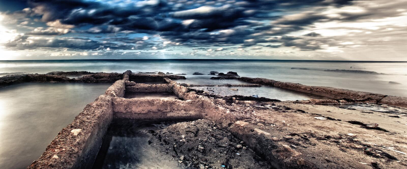 Sikt av den smutsiga stranden av guanaboen i Kuba arkivfoto