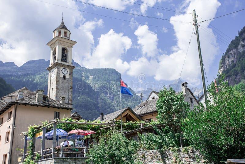 Sikt av den Sonogno byn, kanton Ticino, Schweiz royaltyfria bilder
