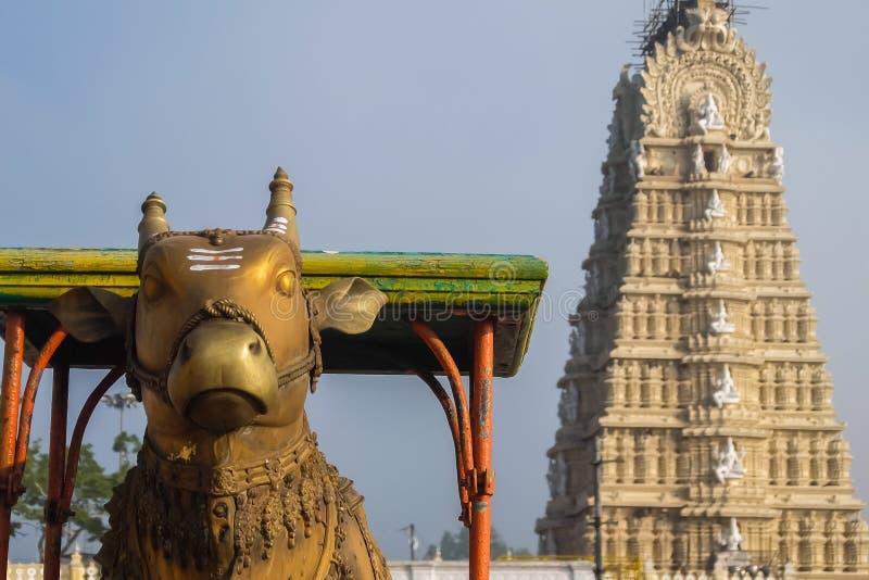 Sikt av den Sri Chamundeshwari templet som lokaliseras på Chamundi kullar nära Mysore royaltyfri fotografi