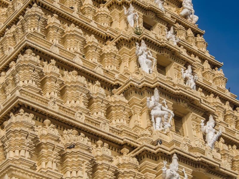 Sikt av den Sri Chamundeshwari templet som lokaliseras på Chamundi kullar nära Mysore arkivbild