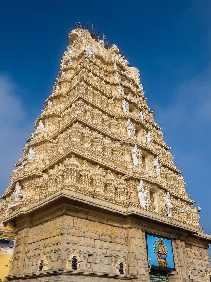Sikt av den Sri Chamundeshwari templet som lokaliseras på Chamundi kullar nära Mysore royaltyfri foto