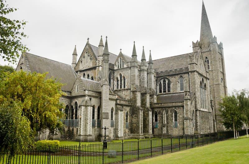 Sikt av den St Patrick domkyrkan i Dublin, Irland, molnig dag royaltyfri fotografi
