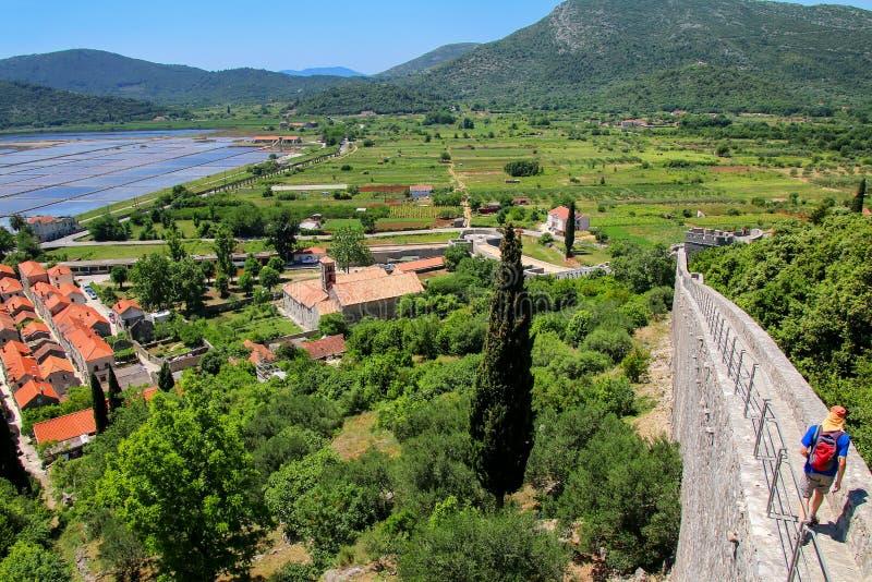 Sikt av den Ston staden och dess defensiva vägg, Peljesac halvö, CR arkivbild