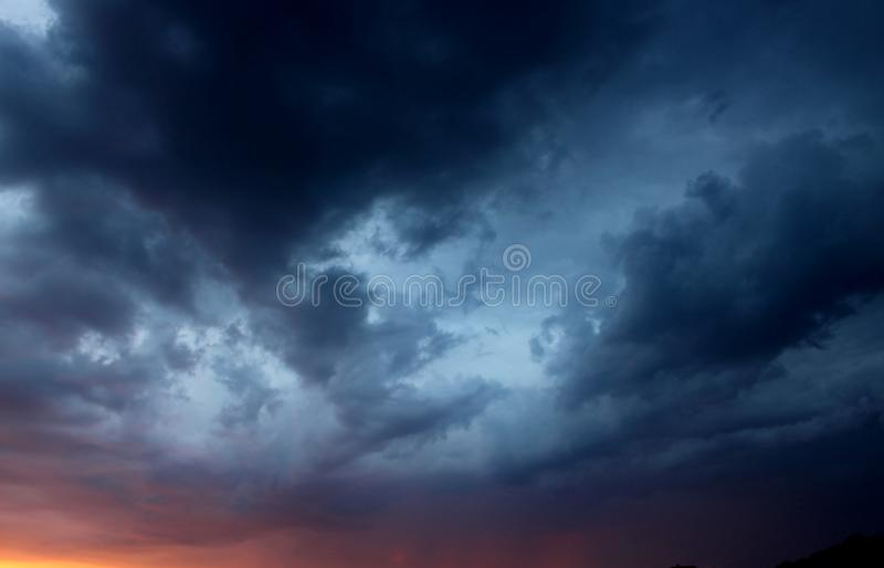 Sikt av den stora stormen på himlen arkivfoton