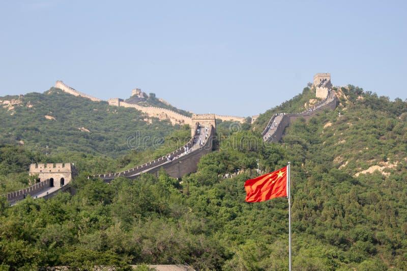 Sikt av den stora väggen av Kina och den kinesiska flaggan royaltyfria foton