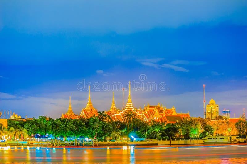 Sikt av den storslagna slotten Bangkok från Chao Phraya River arkivbilder