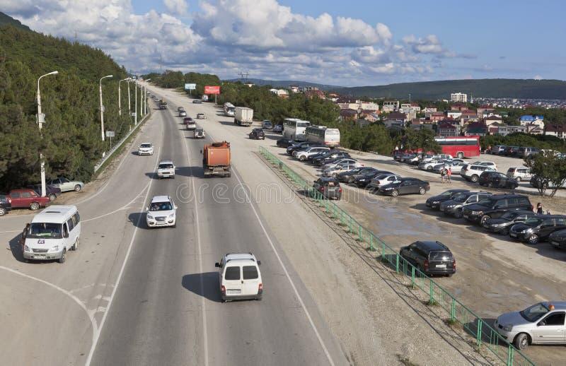 Sikt av den Sukhumskoe huvudvägen med den högstämda övergångsstället nära Safari Park i Gelendzhik, Krasnodar region, Ryssland royaltyfria bilder