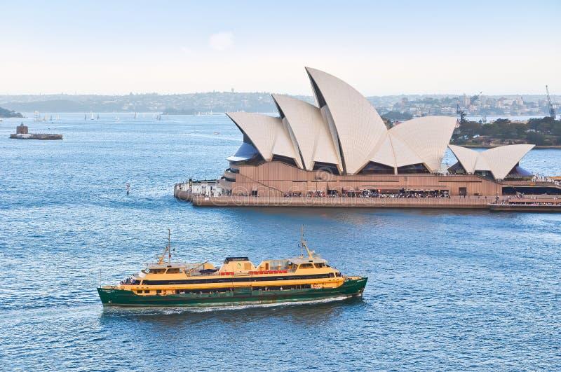 Sikt av den Sydney Opera House och cirkulärkajen royaltyfria bilder