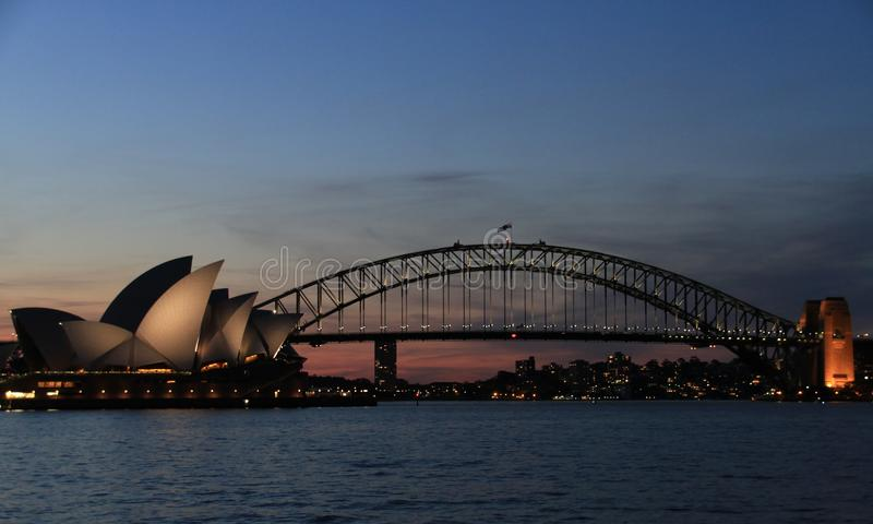 Sikt av den Sydney operahus- och hamnbron på skymning från stol för fru Macquarie ', Sydney, New South Wales, Australien royaltyfri foto