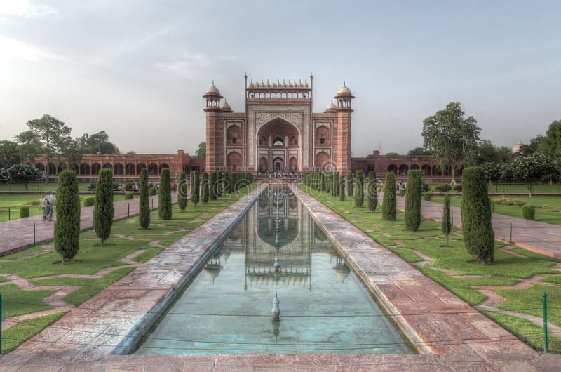Sikt av den Taj Mahal Great Gate - Darwaza I rauzaen royaltyfri fotografi