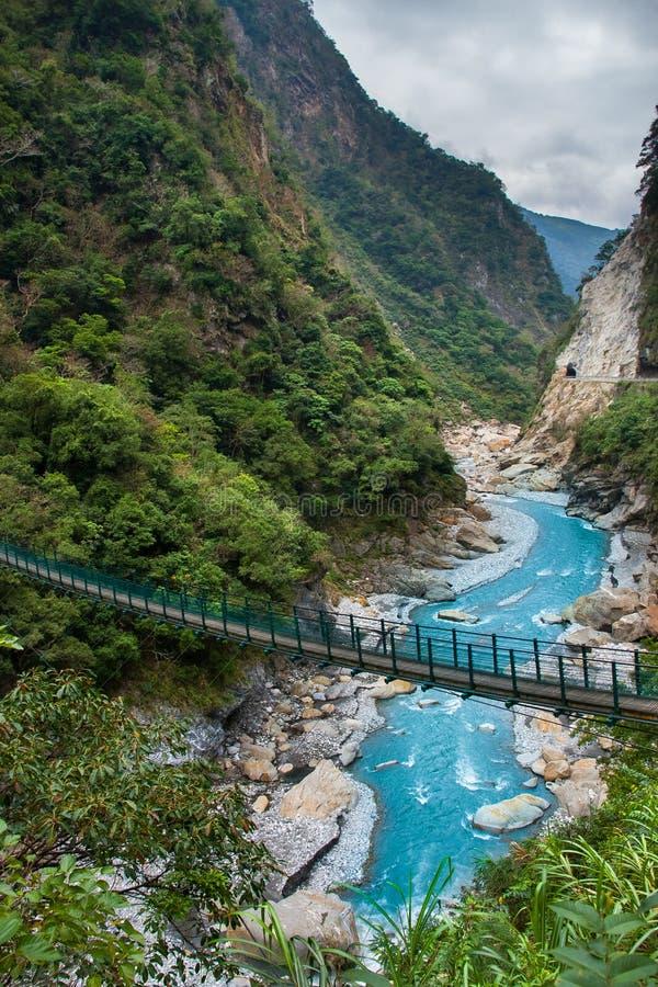 Sikt av den Taroko klyftan och fotvandraslingan av Jhuilu den gamla slingan i den Taroko nationalparken royaltyfria bilder