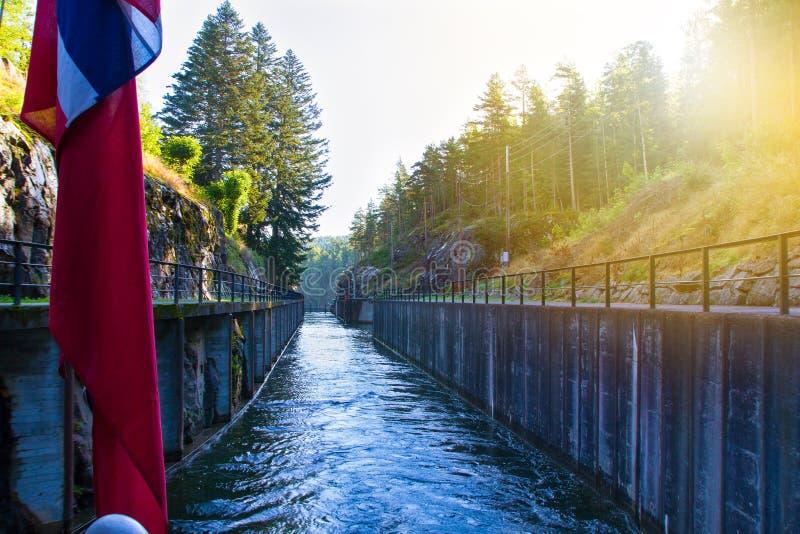 Sikt av den Telemark kanalen med gamla lås - turist- dragning i Skien, Norge arkivbilder