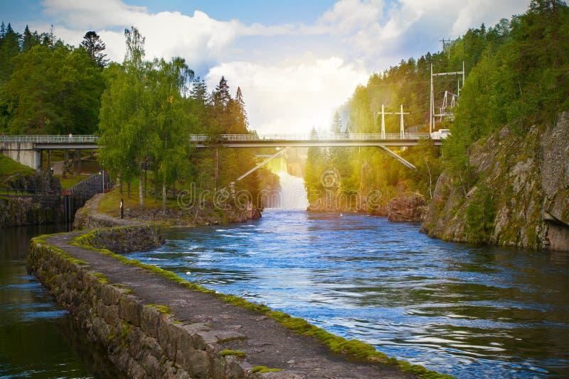 Sikt av den Telemark kanalen med gamla lås - turist- dragning i Skien, Norge royaltyfria bilder