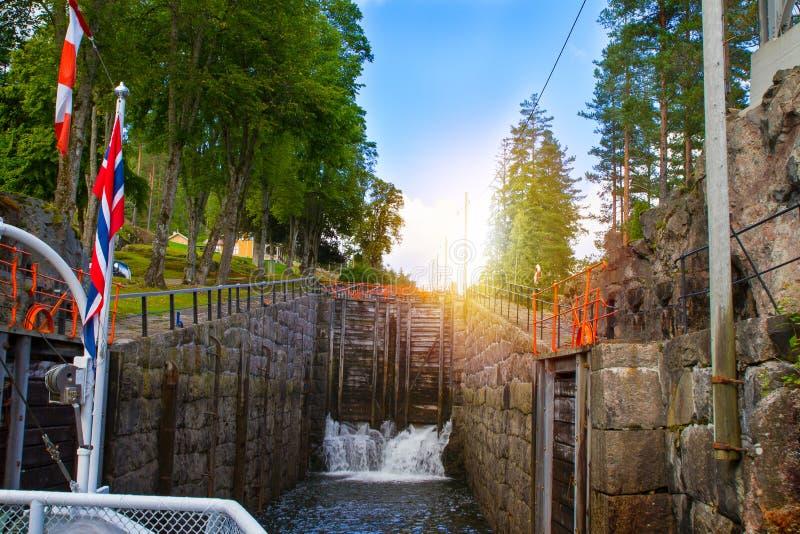 Sikt av den Telemark kanalen med gamla lås - turist- dragning i Skien, Norge arkivfoton